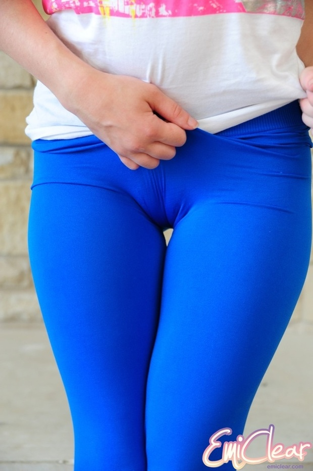 Emi Clear Sporty teenage candy shows sexy cameltoe in very tight blue leggings