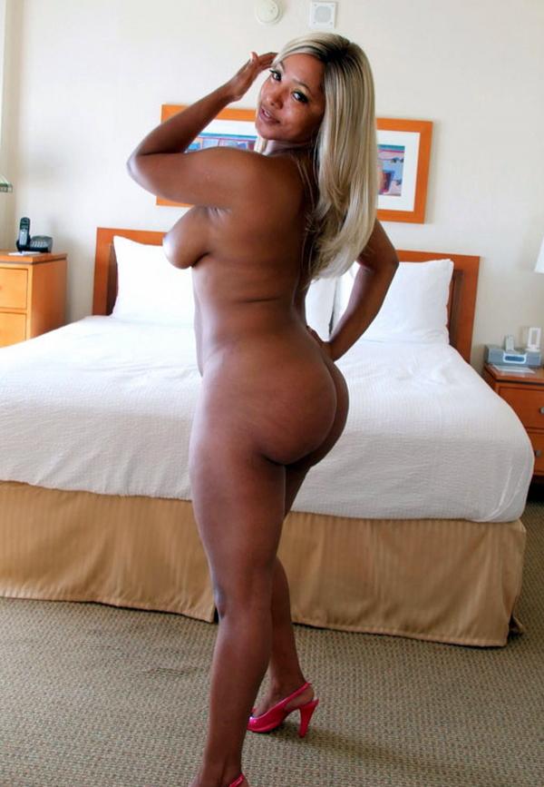 Ebony bbw posing nude