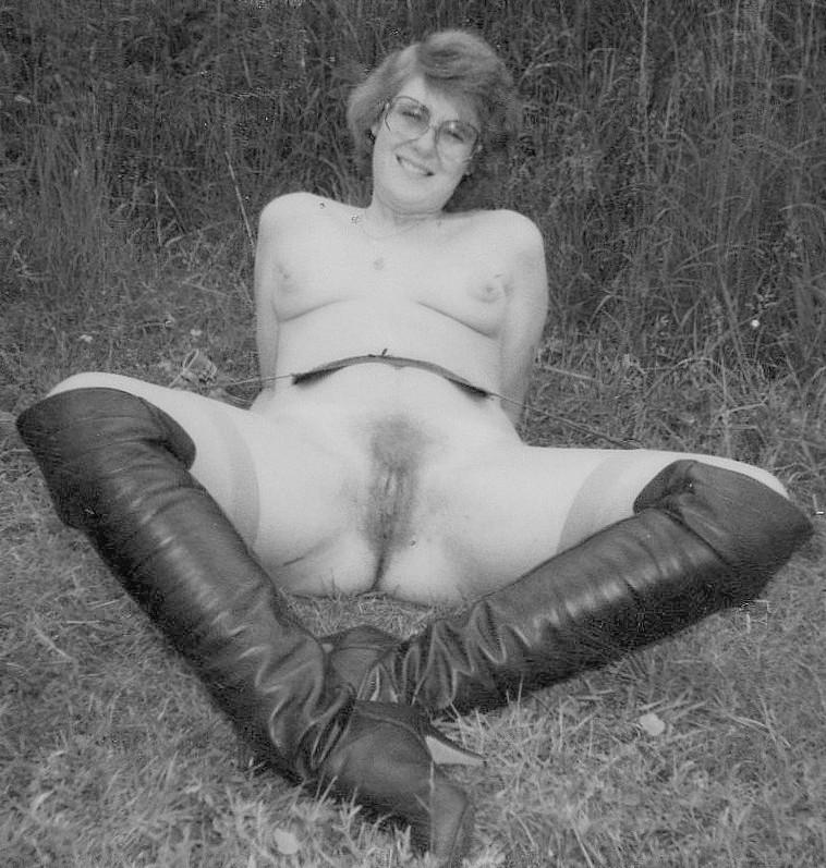 Slutwife Suzanne publicly nude