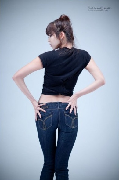 Lee Eun Hye in Black Top and Jeans