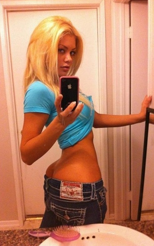 @rileysteele tweets 2 pics of her bubble butt, such a hottie!